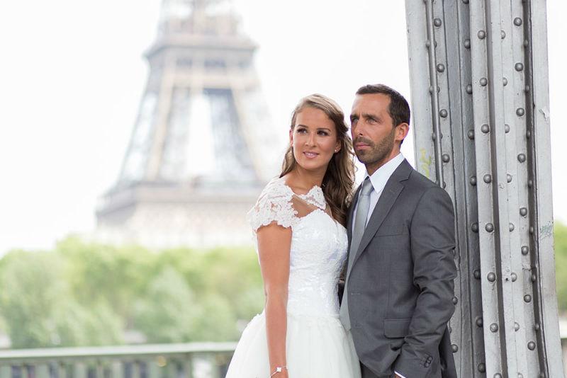 Photo d'un couple heureux pour leur mariage sous le pont Bir Hakeim à Paris