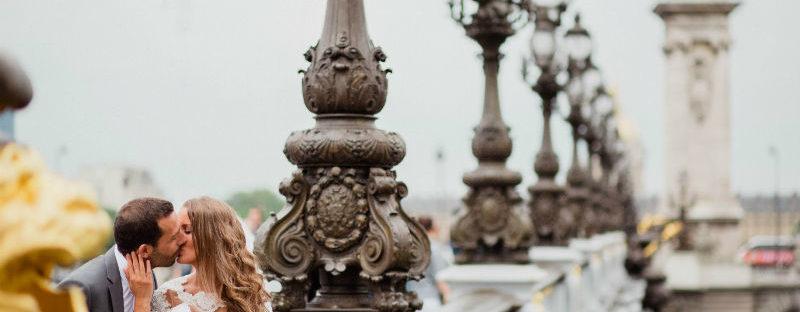 Un couple récemment marié s'embrasse sur le pont Alexandre III à Paris